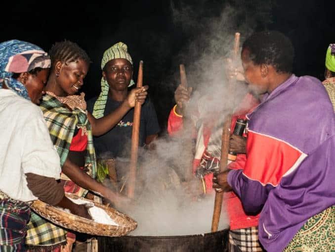 Ugali Zubereitung in der Nacht