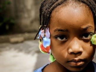 Kind zu Weihnachten in Afrika